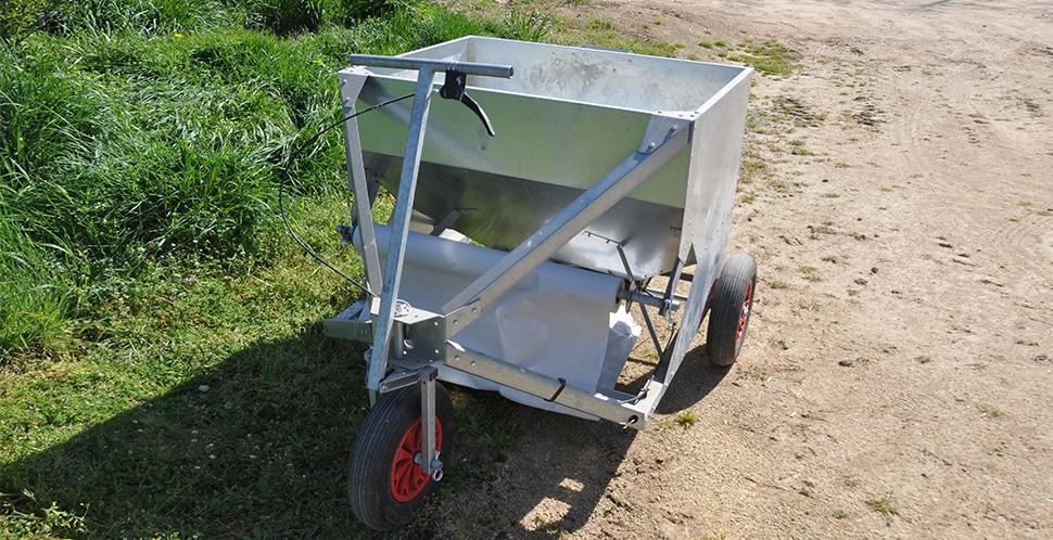 chariot distributeur de graine poussin pousse pousse
